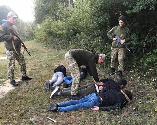 У чагарниках поблизу кордону зі Словаччиною прикордонники виявили чотирьох нелегалів