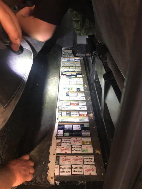 На Закарпатті митники вилучили контрабандні цигарки та транспортний засіб