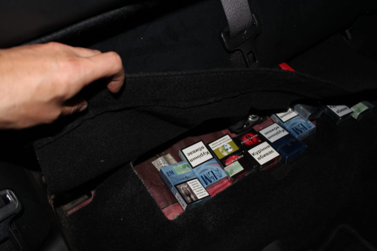 Через приховані сигарети іноземець залишився на Закарпатті без автівки