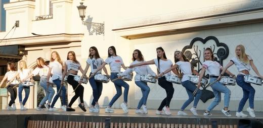 Студенти Ужгородського коледжу культури і мистецтв будили місто музикою й танцем (ФОТО)