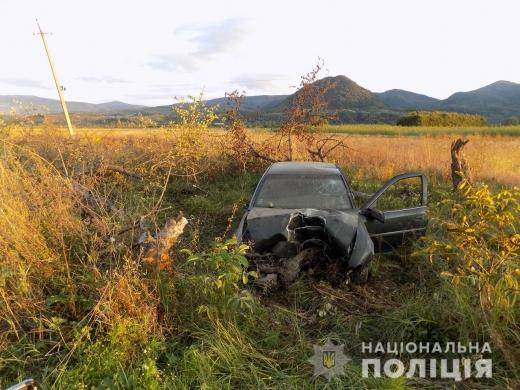 На Хустщині автівка врізалася в дерево – водій та пасажирка у лікарні