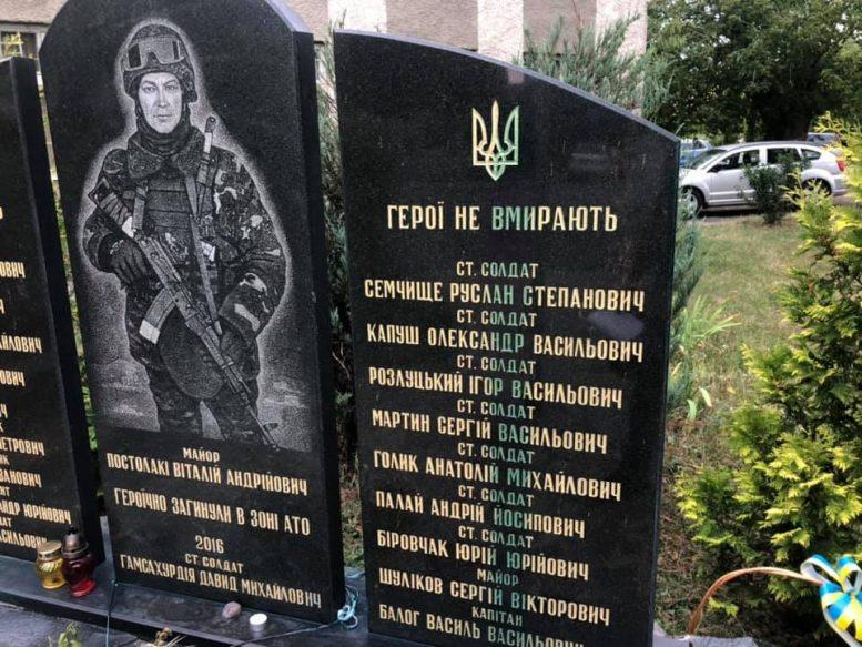 В Ужгороді нелюди облили зеленкою меморіал загиблим воїнам АТО (фото)