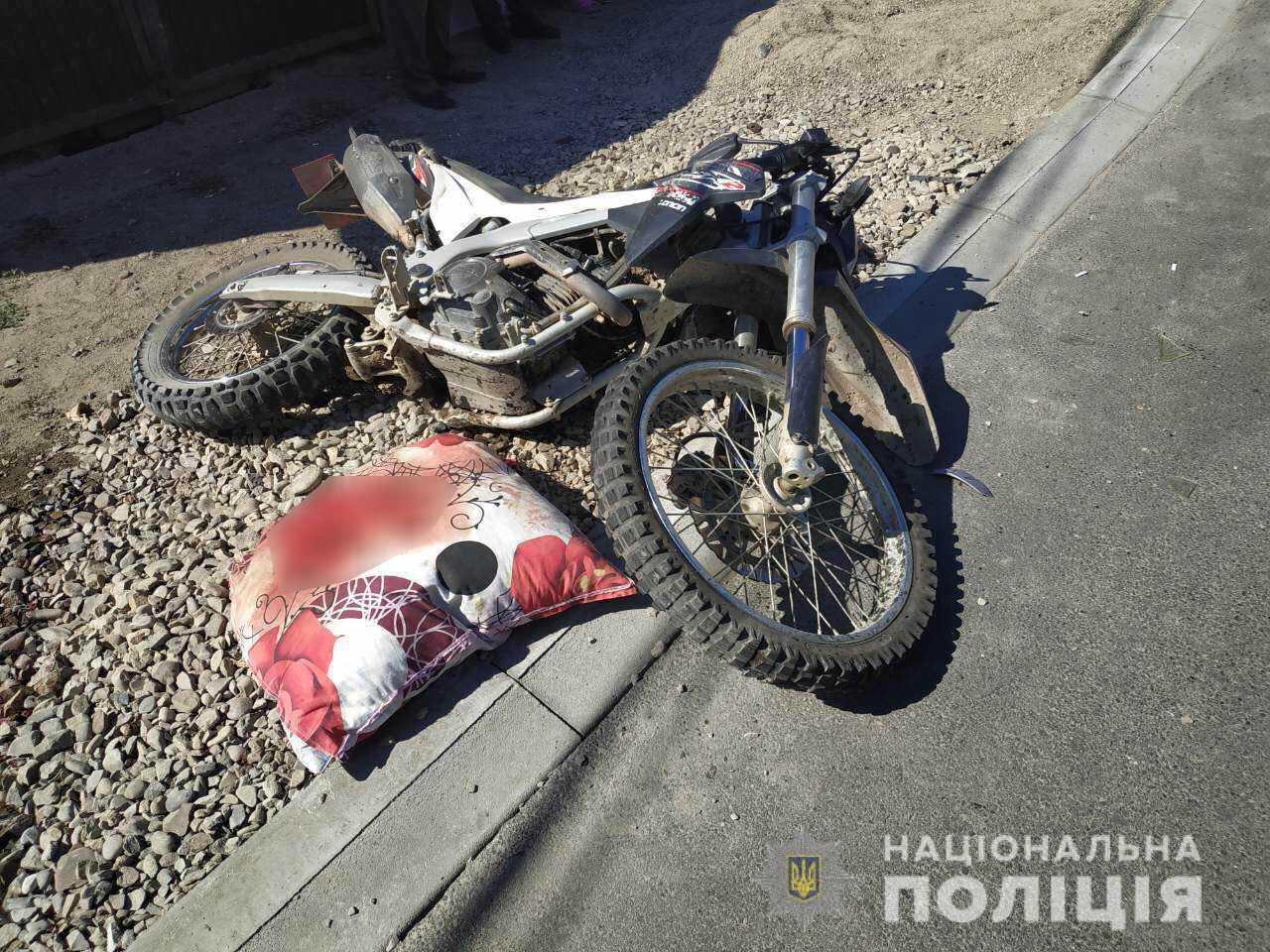 На Тячівщині дівчина за кермом авто виїхала на зустрічну і збила мотоцикліста: постраждалий у реанімації