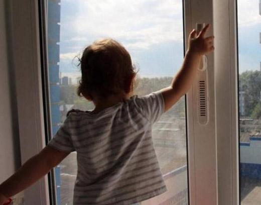 В Ужгороді 1-річний малюк випав з вікна п'ятого поверху