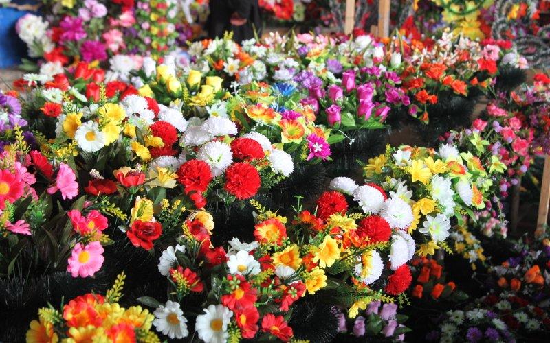 Закарпатців закликають не нести на могили штучні квіти