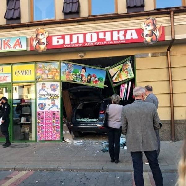 В Ужгороді автівка влетіла в магазин (відео)