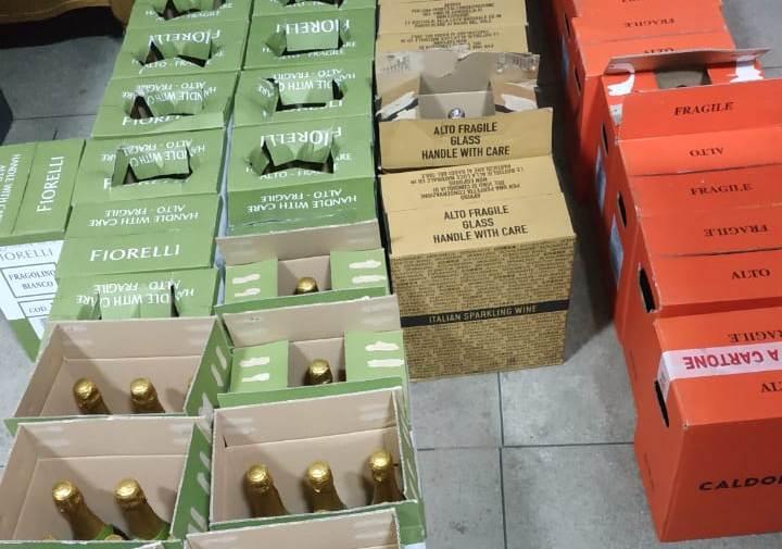 Закарпатські митники виявили у вантажівці незадекларовані 693 літри італійського вина та інші товари