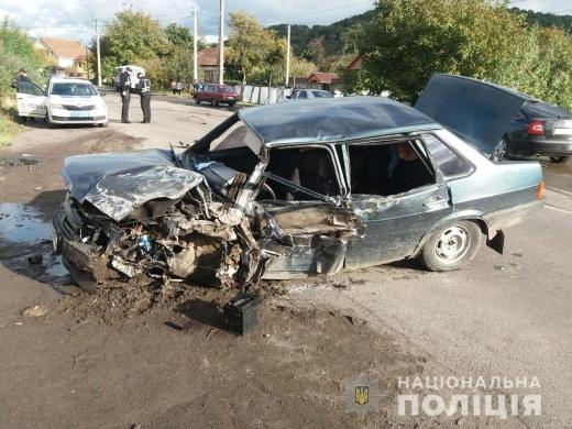 На Мукачівщині легковик зіткнувся з рейсовим автобусом – є травмовані
