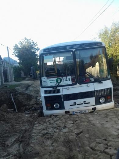 Посеред дороги в Мукачеві автобус провалився у яму (ФОТОФАКТ)