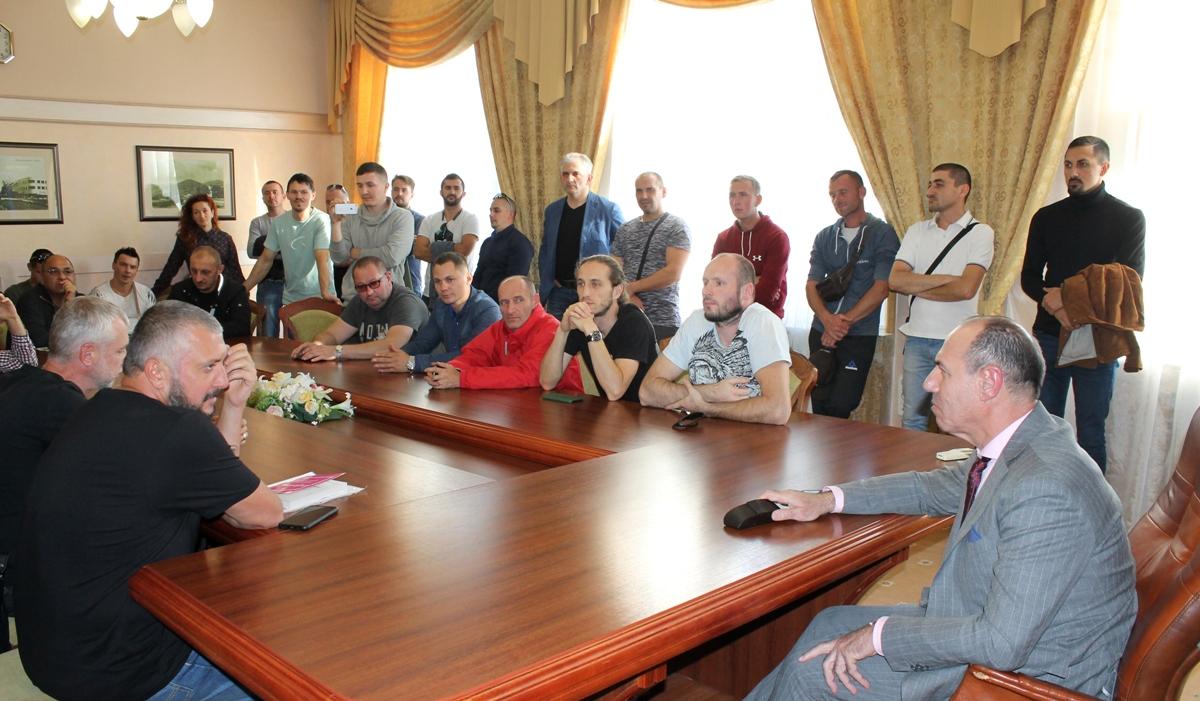 Голова Закарпатської ОДА зустрівся з власниками нерозмитнених авто