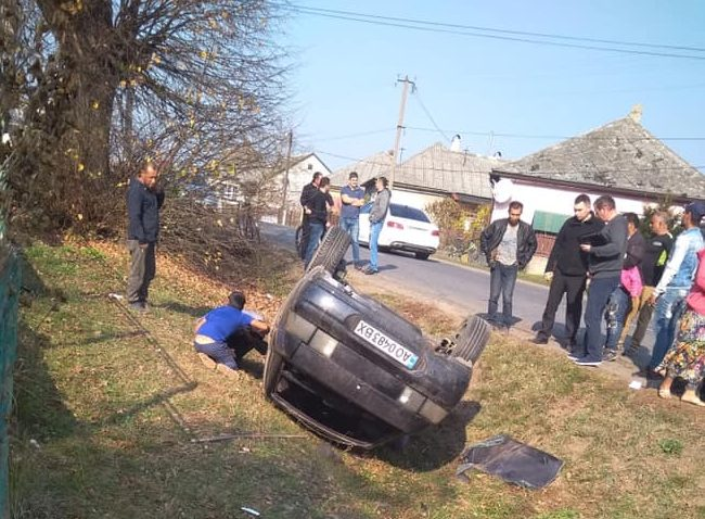 На Великоберезнянщині автівка збила двох пішоходів