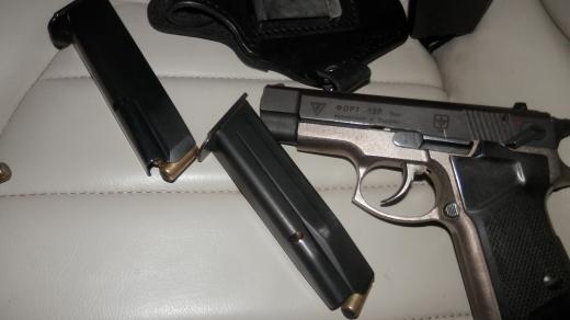 Закарпатські митники вилучили в українця пістолет з набоями