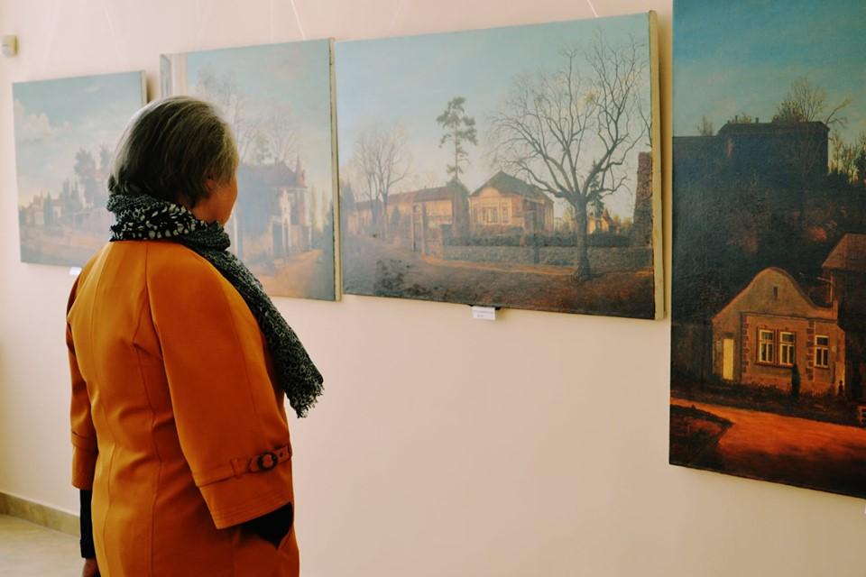 Троє митців представили на виставці у скансені 30 робіт, присвячених Ужгороду