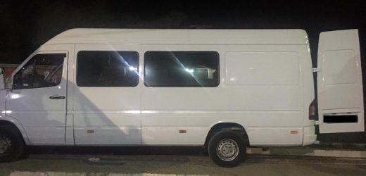Закарпатські прикордонники виявили контрабандні сигарети під обшивкою мікроавтобуса