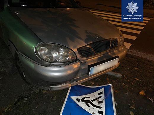 Нетвереза водійка збила дорожній знак в Ужгороді