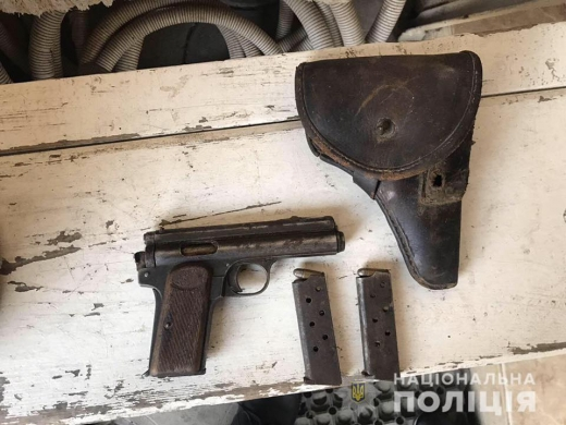 У жовтні закарпатці добровільно здали 144 одиниці зброї, серед яких пістолет 1912 року
