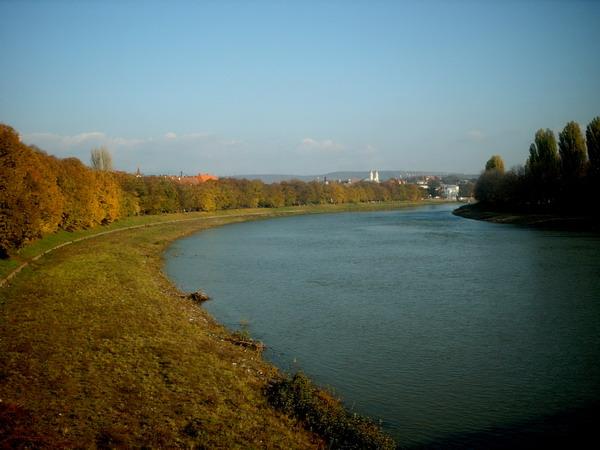 На березі річки в Ужгороді знайшли труп