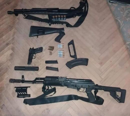 У чотирьох районах Закарпаття провели масштабні обшуки – вилучено різноманітну зброю та наркотики