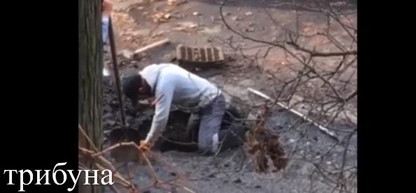 """В Ужгороді """"орли"""" Андріїва ломами """"визволяли"""" від афальту каналізацію (відео)"""