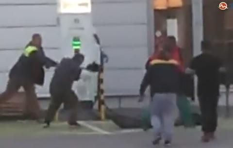 У Словаччині закарпатці лопатами та кирками відбивалися від натовпу циган (відео)