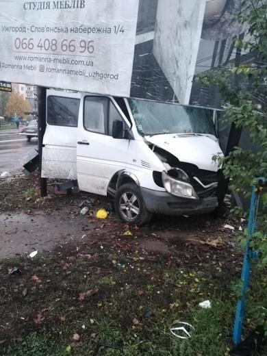 В Ужгороді злетів з дороги мікроавтобус і врізався у стовп (ФОТОФАКТ)