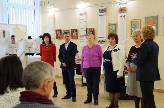 """В Ужгороді відкрилася знакова виставка народних майстринь """"Барви чотирьох"""" (фото)"""