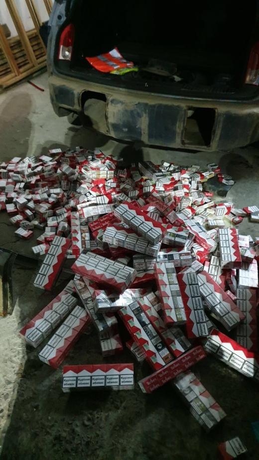 У автомобілі українця закарпатські митники виявили сховки з контрабандним куривом