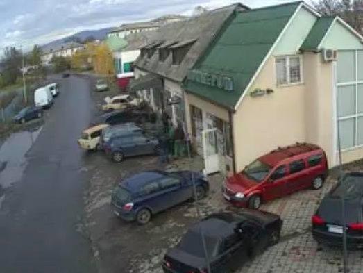 В Ужгороді водій на швидкості влетів у припарковані автівки і натовп людей (ВІДЕО)