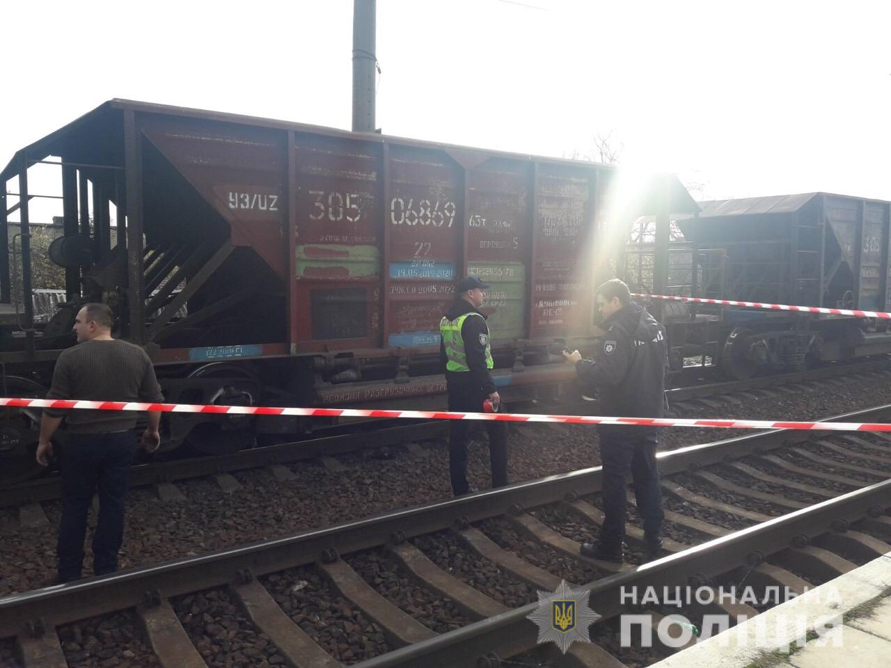 Під транспортним мостом у Мукачеві потяг насмерть збив чоловіка
