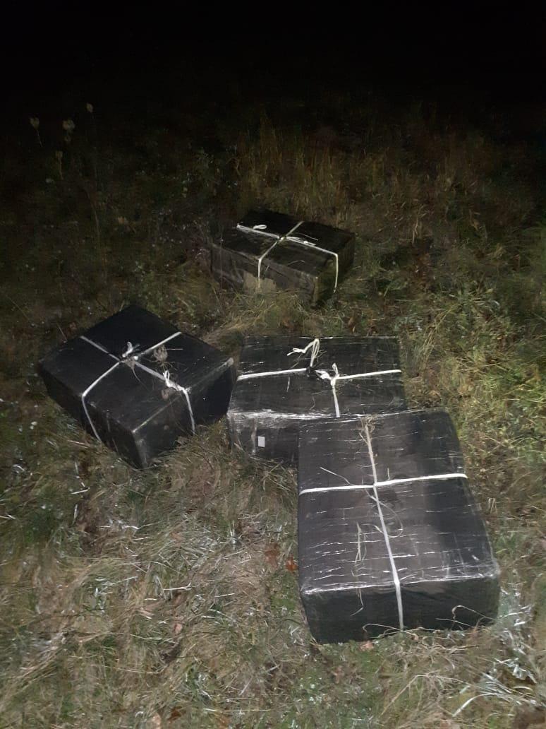 Тікаючи від прикордонників, закарпатські контрабандисти покинули 2 тисячі пачок сигарет
