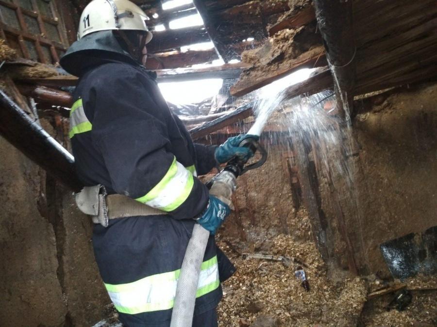 У Мукачеві внаслідок пожежі двоє людей отруїлися чадним газом