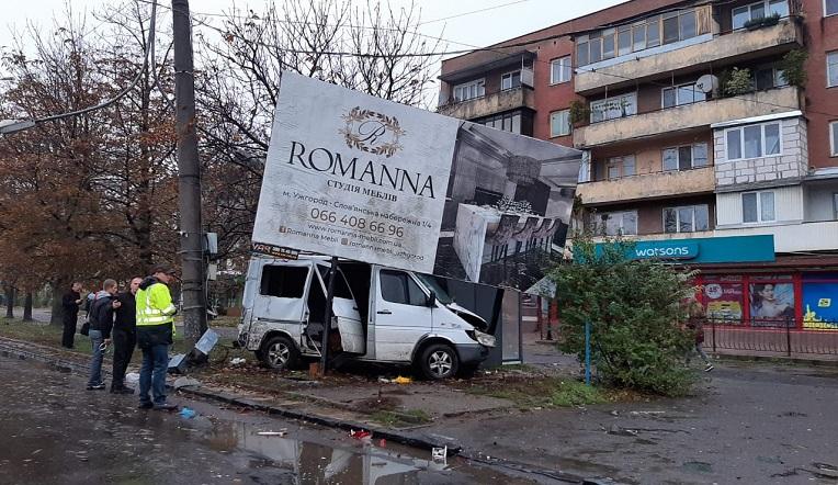 В Ужгороді мікроавтобус протаранив білборд (фото)