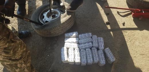 Закарпатські прикордонники виявили запаковану цигарками автівку