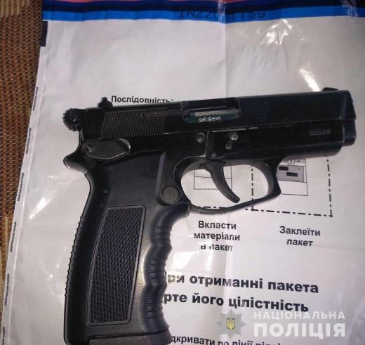 Вдома у мешканця Мукачівщини поліцейські знайшли пістолет