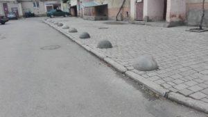 В Ужгороді викрали обмежувачі руху  у вигляді бетонних напівсфер