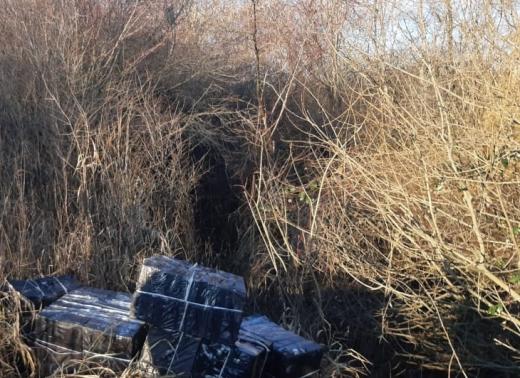 На Закарпатті за 70 метрів від кордону з Угорщиною знайшли 17 пакунків з цигарками