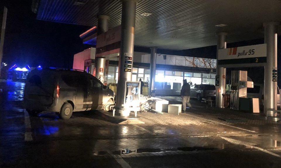 У Берегові нетверезий водій в'їхав у бензоколонку на АЗС