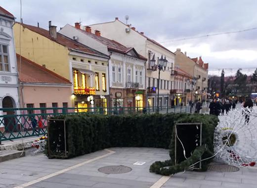 Куплена ужгородською мерією за майже півмільйона гривень новорічна арка довго не простояла (ФОТОФАКТ)