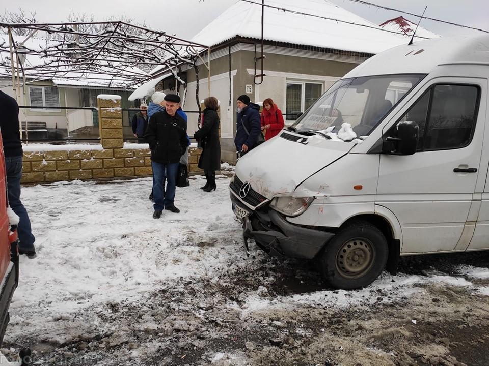 Маршрутка з двадцятьма пасажирами потрапила у ДТП на Виноградівщині