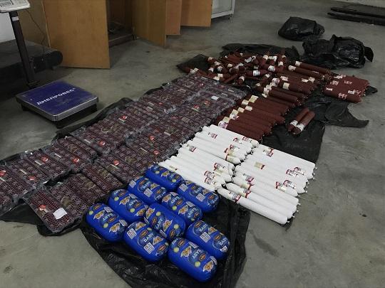 На Закарпатті митники виявили у автівці українця приховані ковбаси
