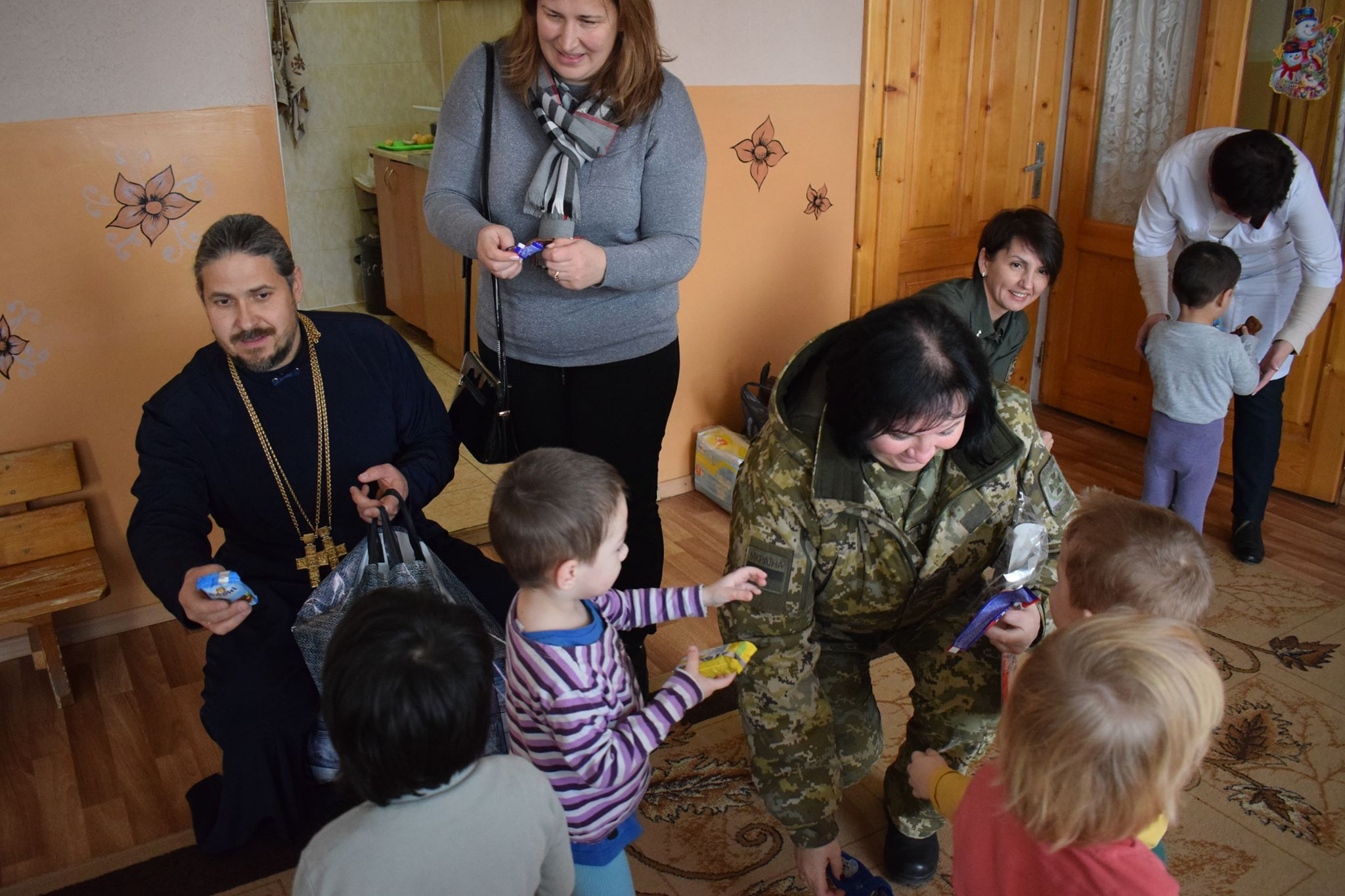 Прикордонники Чопського загону передали сиротам подарунки від Святого Миколая