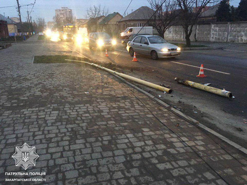 Водій BMW зніс електроопору на вул. Заньковецької в Ужгороді
