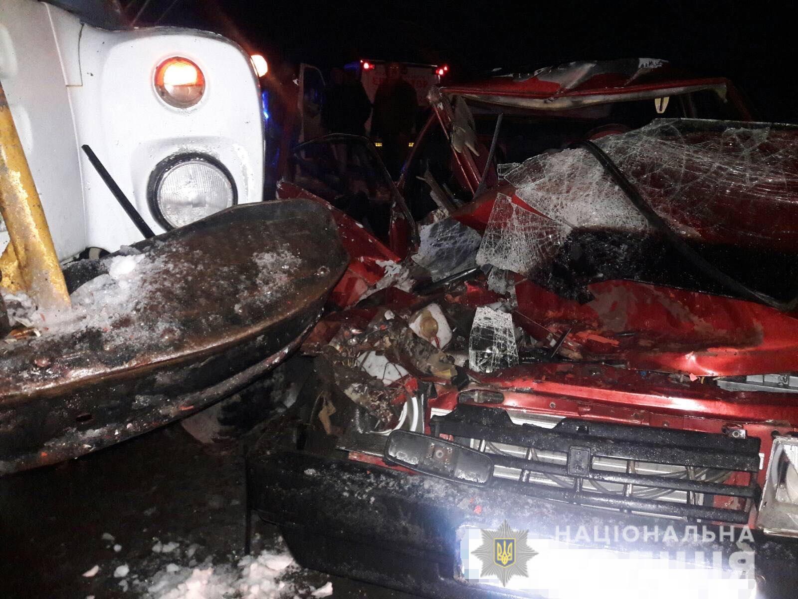 На Мукачівщині ВАЗ зіткнувся з автокраном – пасажирка легковика померла дорогою до лікарні
