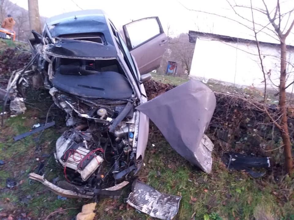 На Іршавщині іномарка врізалася в зупинку – загинула 17-річна пасажирка авто