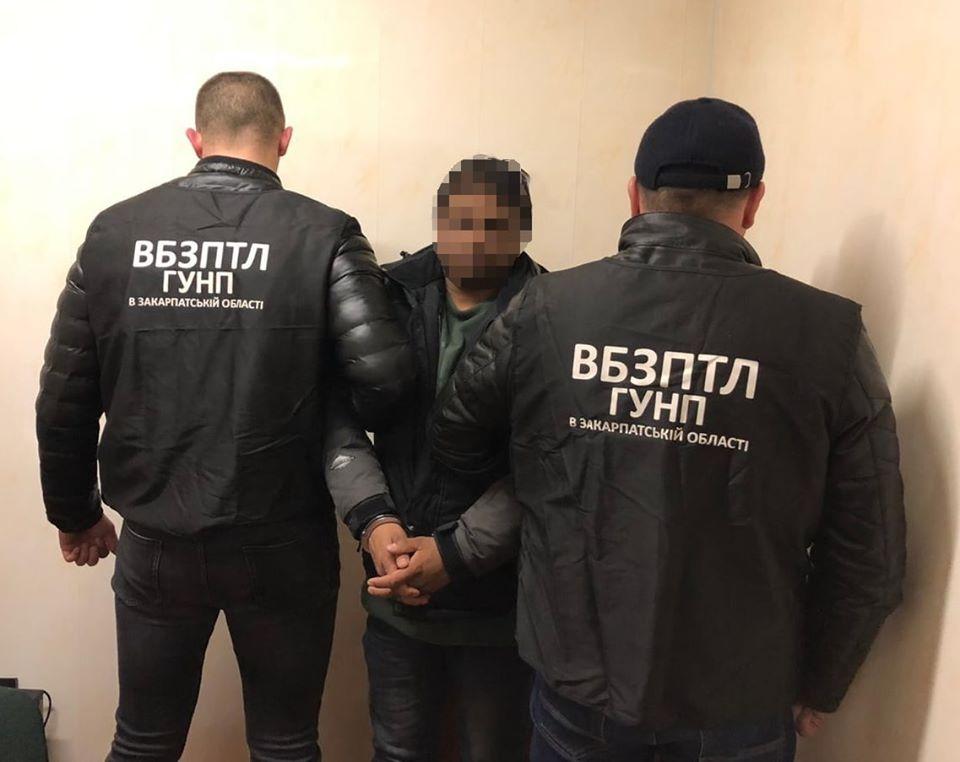 Поліція Закарпаття затримала уродженця Бангладеш за підозрою у організації переправи нелегальних мігрантів через кордон