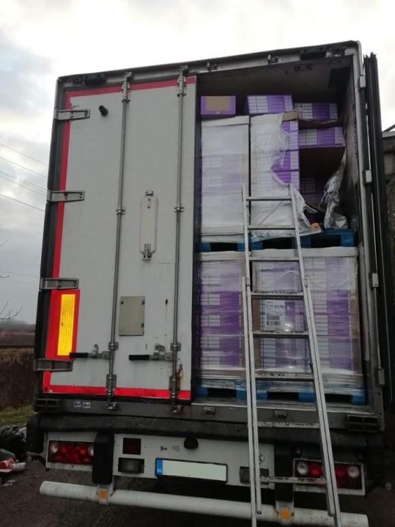 У вантажівці з солодощами через кордон на Закарпатті намагалися провезти 20 тисяч пачок сигарет