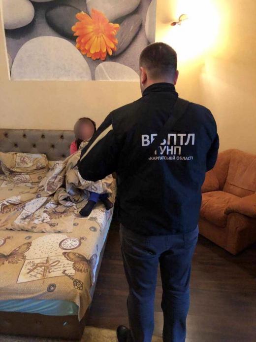 Поліція викрила 22-річну сутенерку в одному з готелів Ужгорода