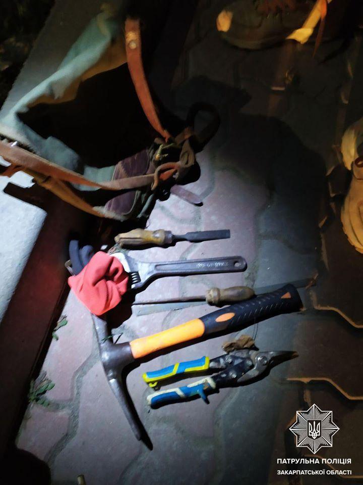 В Ужгороді патрульні затримали двох крадіів, що залізли в чужий підвал