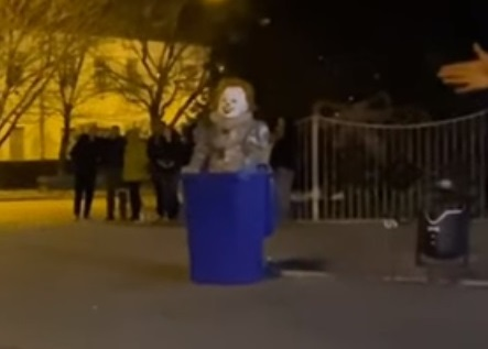 У Виноградові закидали яйцями скандального клоуна (ВІДЕО)
