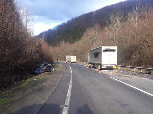 Легковий автомобіль зіткнувся на Воловеччині з двома вантажівками – є постраждалі